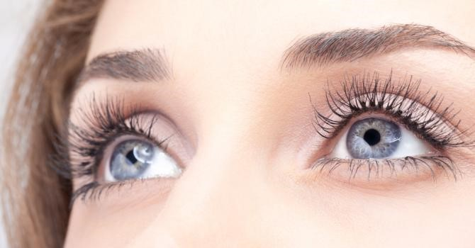 yeux jeune femme